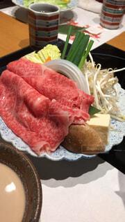 テーブルの上に食べ物のプレートの写真・画像素材[1615557]