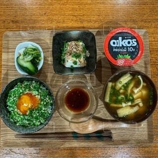 木のテーブルの上の食べ物のクローズアップの写真・画像素材[3712858]