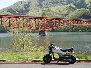 白いバイクと赤い鉄橋の写真・画像素材[2103908]