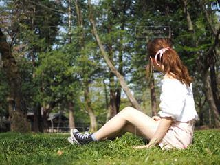 公園で座っている女性の写真・画像素材[1592322]