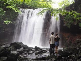 滝の隣に立っている男の写真・画像素材[2340224]