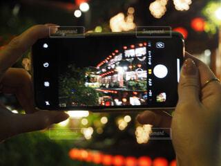 携帯電話を持っている手のクローズアップの写真・画像素材[2896130]