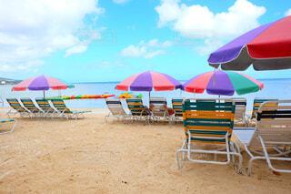 砂浜のカラフルパラソルの写真・画像素材[1525021]