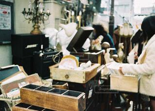 テーブルに着席した人の写真・画像素材[1749837]