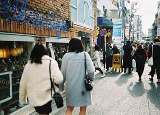 通りを歩く人々 のグループの写真・画像素材[1749840]