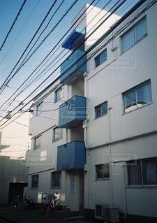 建物の上に乗って人の写真・画像素材[1556662]