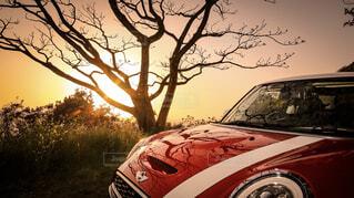 赤い車が道路の脇に駐車🚗の写真・画像素材[1514804]