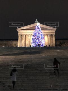 美術館の前のクリスマスツリーの写真・画像素材[1522451]