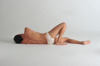 横になっている人の写真・画像素材[1515390]