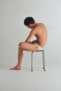 椅子に座っている男の写真・画像素材[1515639]