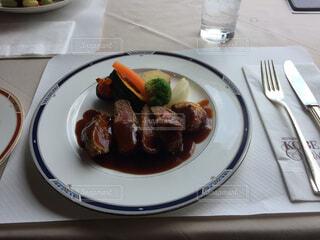 テーブルの上に食べ物のプレートの写真・画像素材[1515982]
