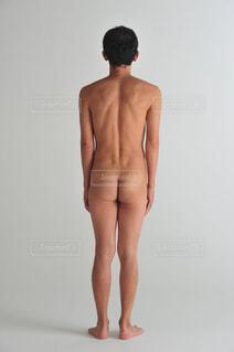 立っている後ろ姿の男性の写真・画像素材[1518594]