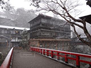 赤い橋と雪景色の写真・画像素材[1532179]