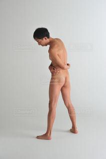 裸でポーズする男性の写真・画像素材[1532787]