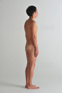 裸で立つ男性の写真・画像素材[1532945]