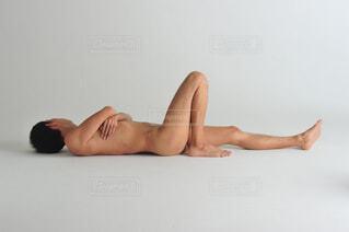 寝そべる男性の写真・画像素材[1533030]