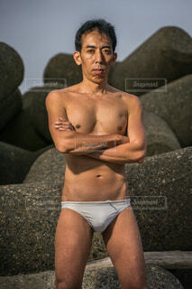 仁王立ちの裸の男性の写真・画像素材[3907921]