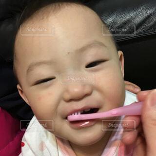 娘の口の中に歯ブラシで歯を磨くの写真・画像素材[1516729]