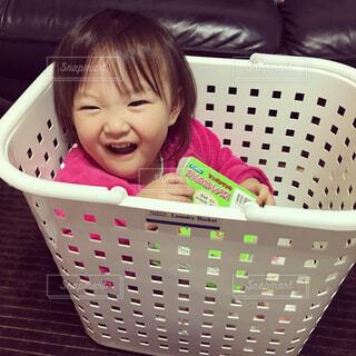 バスケットに座って赤ちゃんの写真・画像素材[1724415]