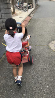 姉妹で散歩の写真・画像素材[2257296]