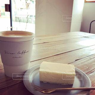 木製のテーブルの上に座ってコーヒー カップの写真・画像素材[1515844]