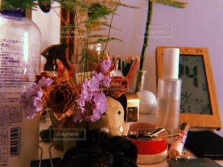 花の花瓶とテーブルに座っている人々 のグループの写真・画像素材[1517961]