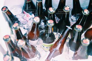 テーブルの上にワインのボトルの写真・画像素材[1519975]