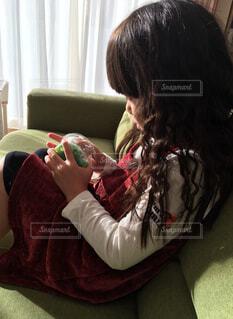 くつろぐ女の子の写真・画像素材[1705474]