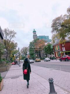 人が通りを歩いています。の写真・画像素材[1563772]