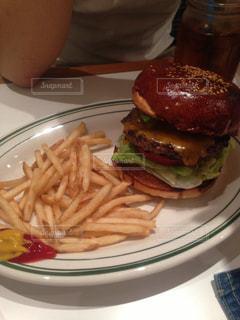 しょっぱ目で美味しいハンバーガーの写真・画像素材[1517900]