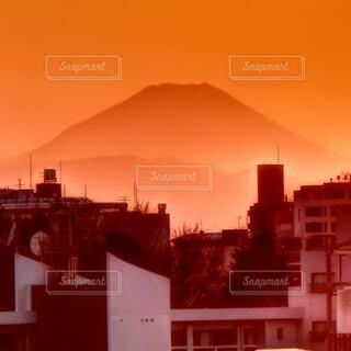 背景の夕日と建物の写真・画像素材[1518262]