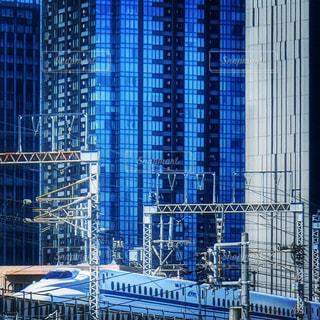 新幹線とオフィスビルの写真・画像素材[1524253]