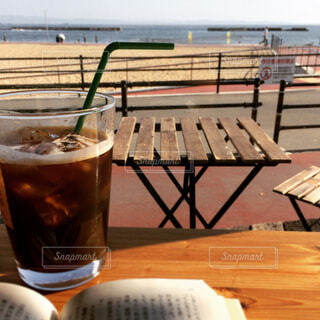 海辺で読書の写真・画像素材[1559452]