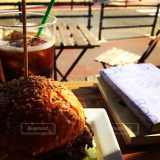 ハンバーガーと読書の写真・画像素材[1565230]