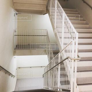 白い階段の写真・画像素材[1675430]