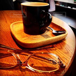 木製のテーブルの上に座ってコーヒー カップの写真・画像素材[1806534]