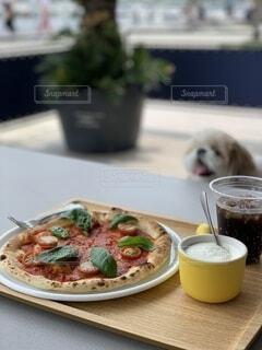 食べ物の皿と一杯のコーヒーの写真・画像素材[3679514]