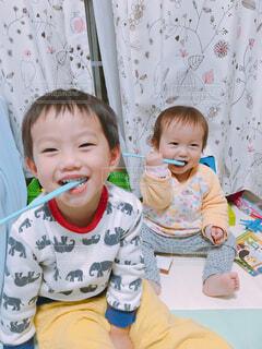 彼の歯を磨く少年の写真・画像素材[1693275]