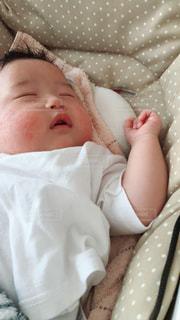 近くに赤ちゃんのアップの写真・画像素材[1521671]