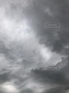 秋の曇り空の写真・画像素材[1529309]