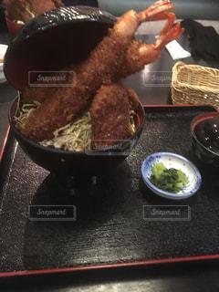 いくつかの料理を食べている人の写真・画像素材[1521250]