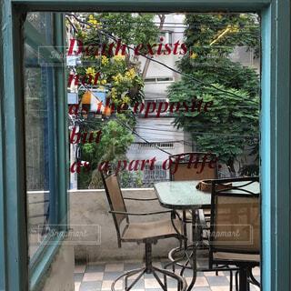 店の窓のガラスのドアの写真・画像素材[1519921]