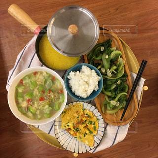 木製のテーブルの上に食べ物のプレートの写真・画像素材[1519932]