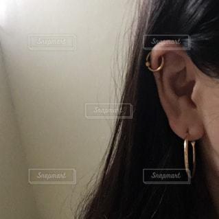 近くに女性の髪をかきあげるのアップの写真・画像素材[1519946]
