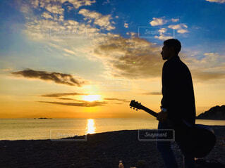 夕日とギターの写真・画像素材[2927451]