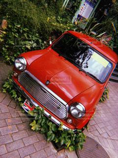 赤い車が歩道に駐車の写真・画像素材[1522402]