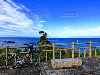 水の体の横に自転車を駐車します。の写真・画像素材[1521845]
