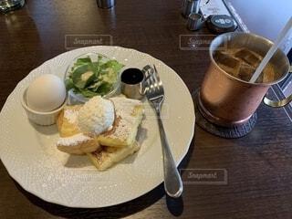 食品やコーヒー テーブルの上のカップのプレートの写真・画像素材[1827588]