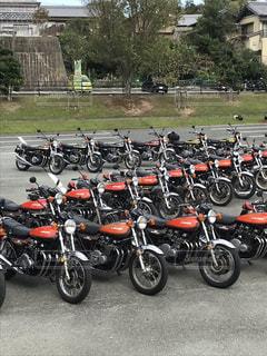 駐車場で座っている駐車中のオートバイの行の写真・画像素材[1523798]