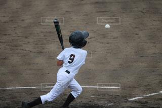 ボールにバットを振る野球選手の写真・画像素材[1526257]